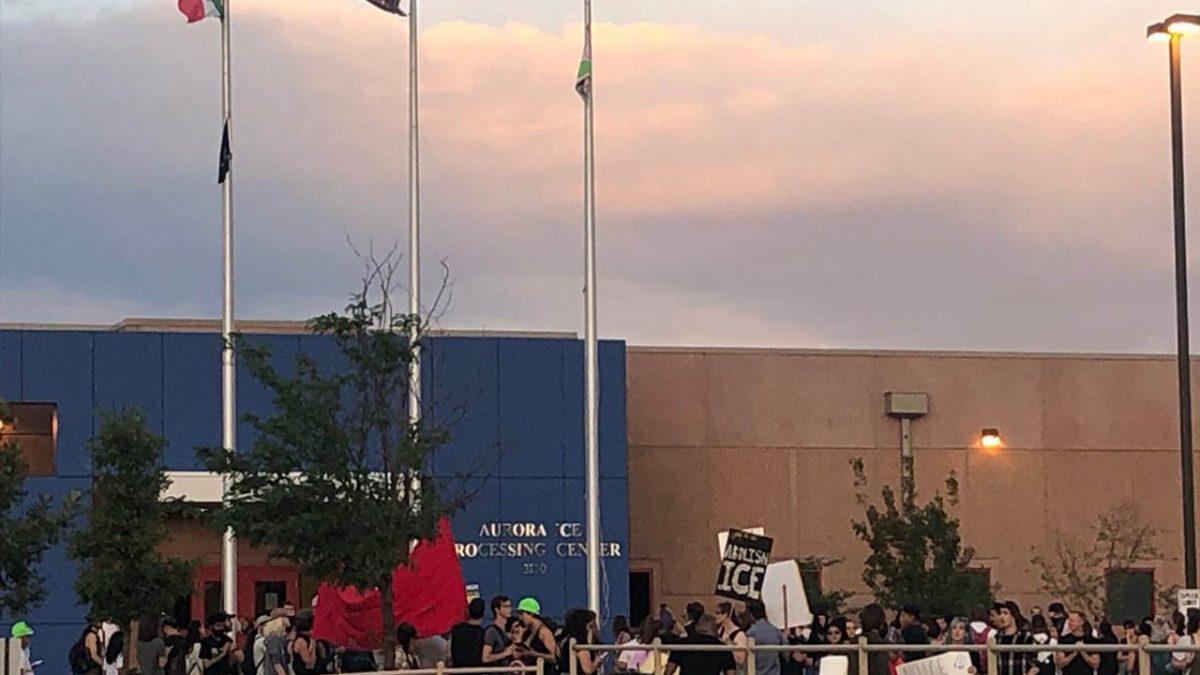 Izan bandera de México en centro de detención de migrantes de EU